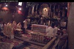 Siostra leży krzyżem podczas Profesji Wieczystej